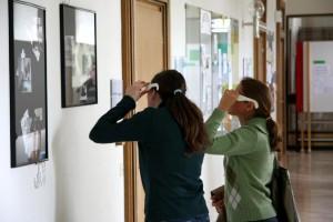 Besucher einer 3D Fotoausstellung