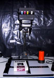 Als Grundaustattung braucht man einen schwarzweiss-Vergrößerer mit Zeitschaltuhr und ein Dunkelkammer-Rotlicht