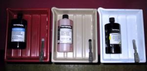 Neben dem schwarzweiss-Fotopapier braucht es noch Chemikalien für das Entwicklerbad, das Stoppbad sowie das Fixierbad. Zudem sind Laborzangen und Laborwannen hilfreich.
