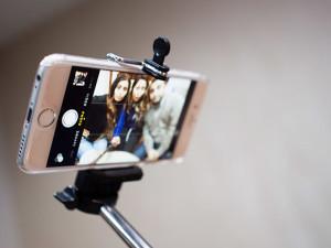 R4vi-Selfie_Stick-wikimedia-cc-by-sa-2_0
